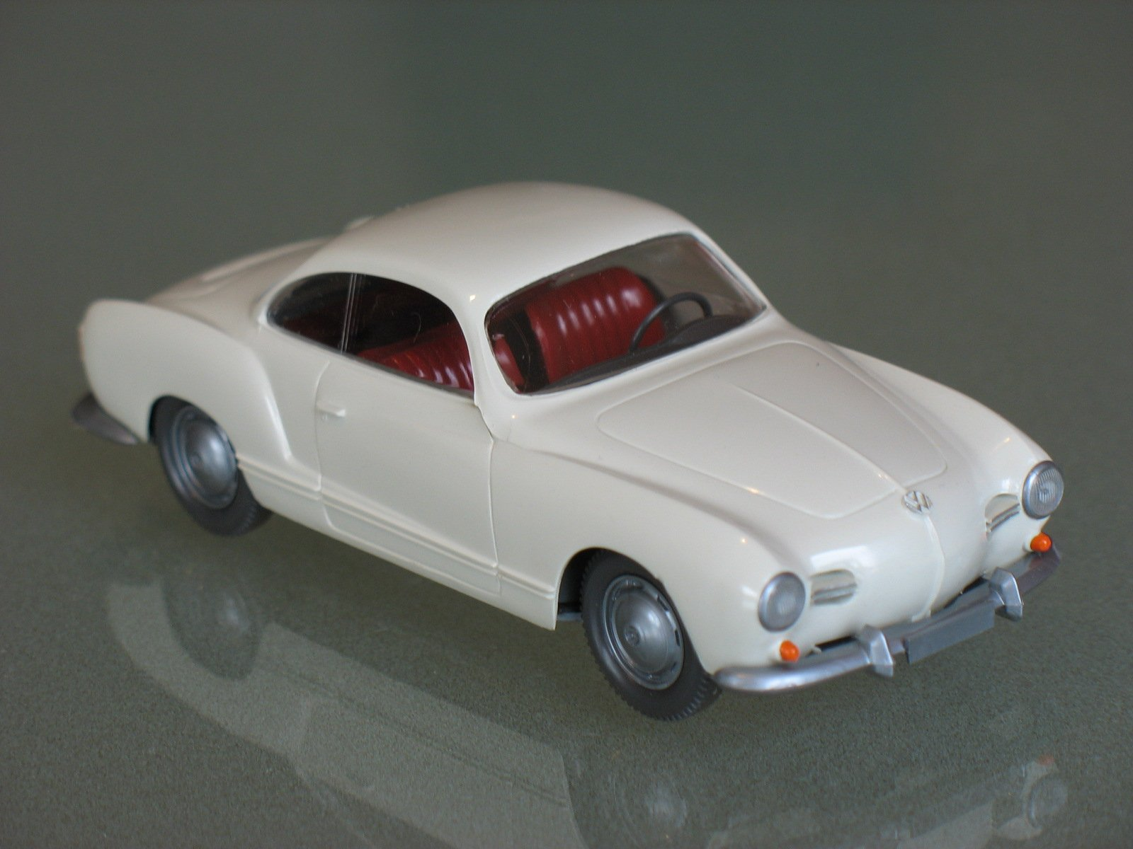 Interesantni modeli u 1/43 - Page 6 VW_KarmannGhia_140_weiss_rv_Wiking